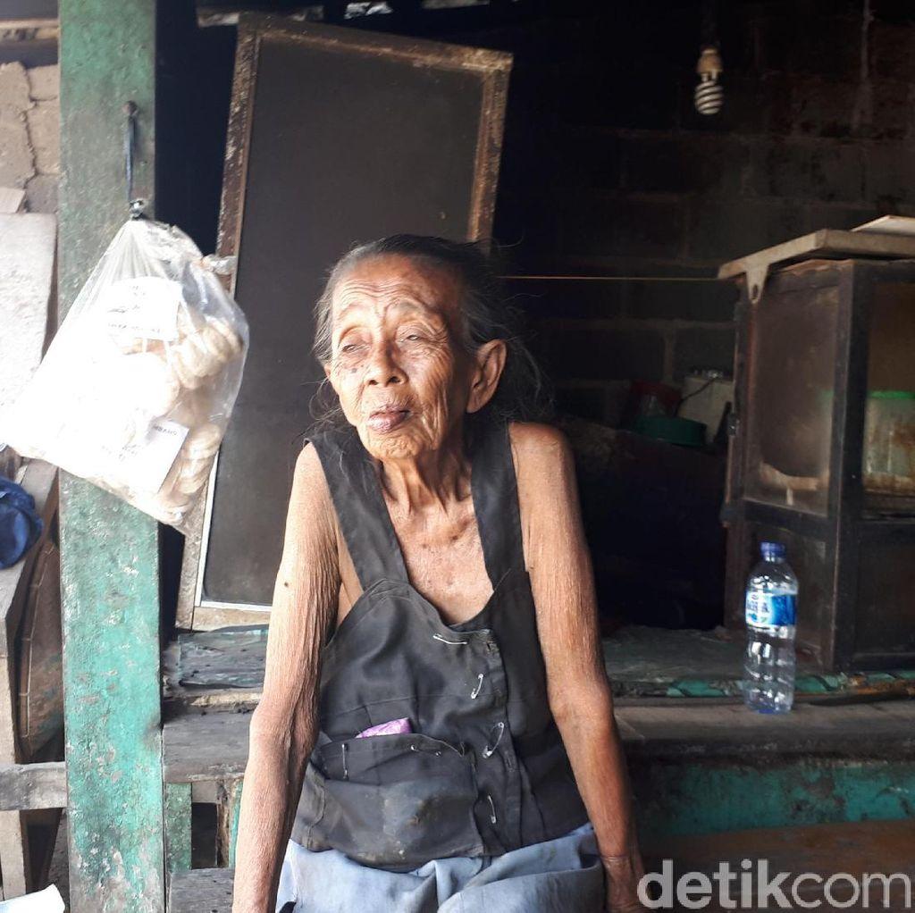 Kesetiaan Nenek Tini Rawat Suaminya yang Lumpuh di Tangsel