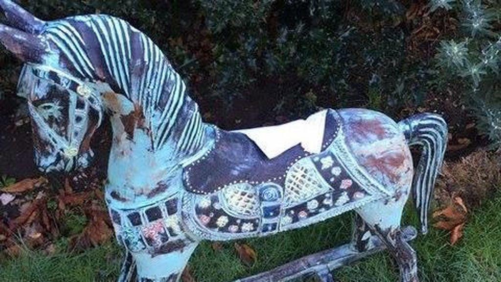 Lagi Viral di Inggris, Misteri Kuda-kudaan dan Catatan Misterius