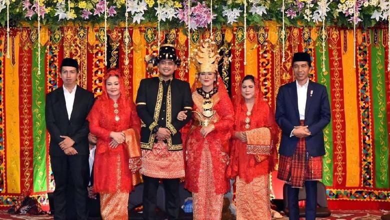 Saat Jokowi Cium Tangan Ibunda di Pesta Adat Kahiyang