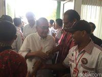 Ruhut Temui Relawan Jokowi di Asrama Haji Medan
