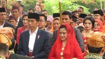 Saat Jokowi dan Iriana Diulosi di Pesta Adat Kahiyang-Bobby