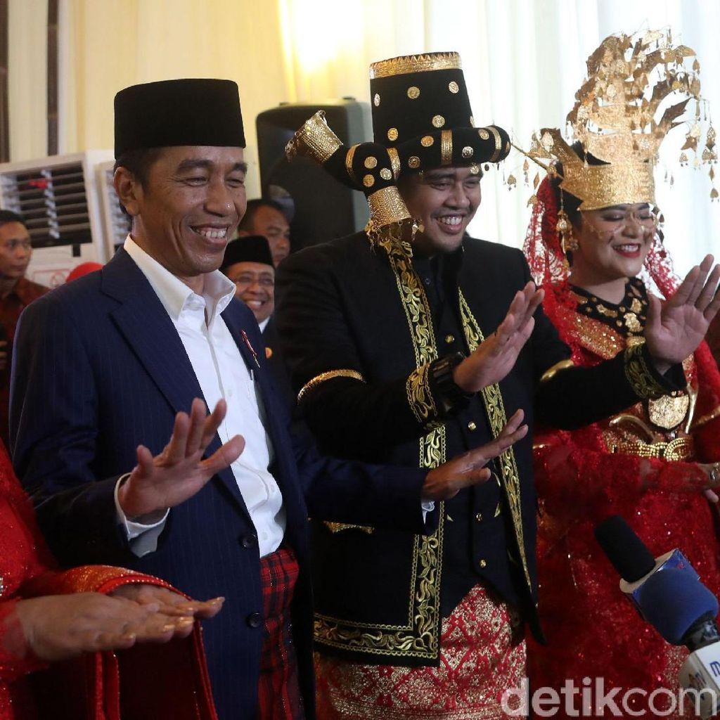 Ekspresi Jokowi-Iriana dan Kahiyang-Bobby Saat Manortor di Depan Wartawan