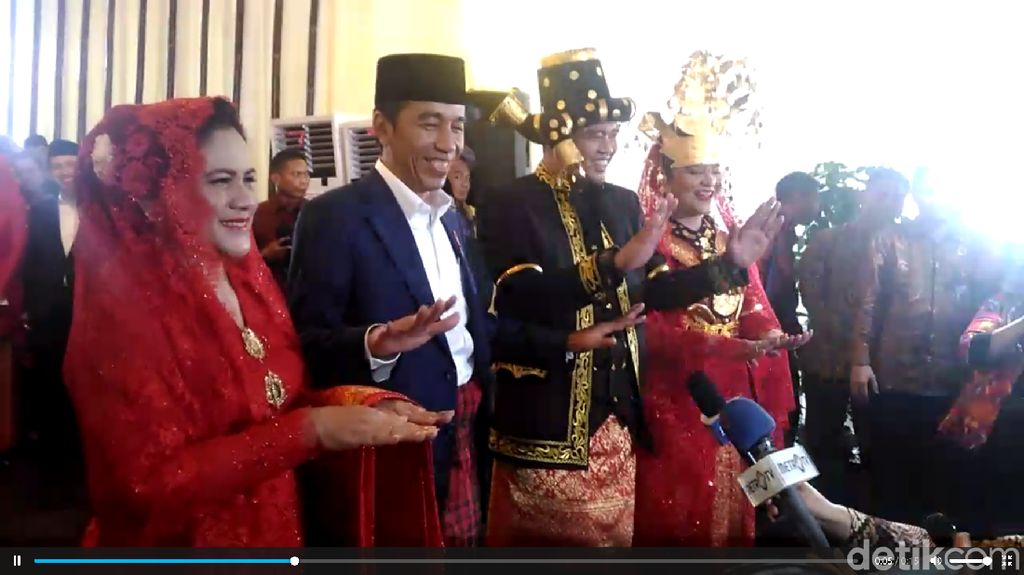 1..2..3... Ini Gaya Jokowi-Iriana Manortor Ulang di Depan Wartawan