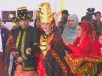 Horas! Jokowi dan Iriana Ulosi Kahiyang-Bobby