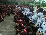 Ini Momen Haru Ratusan Siswa di Jombang Basuh Kaki Guru