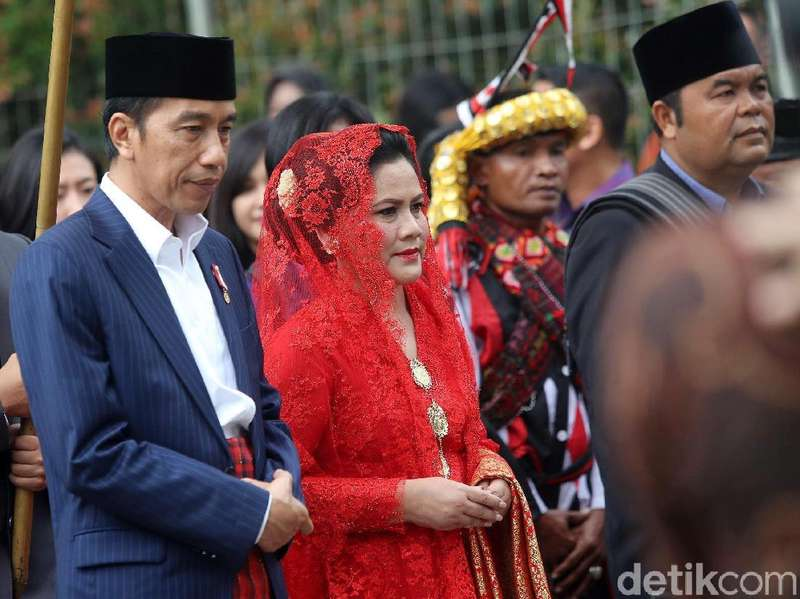 Canda Jokowi soal Pendamping di 2019: Ada Ibu Iriana