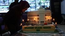 Ulang Tahun, Wali Kota Risma Dapat Kado Kue Miniatur Gedung Siola