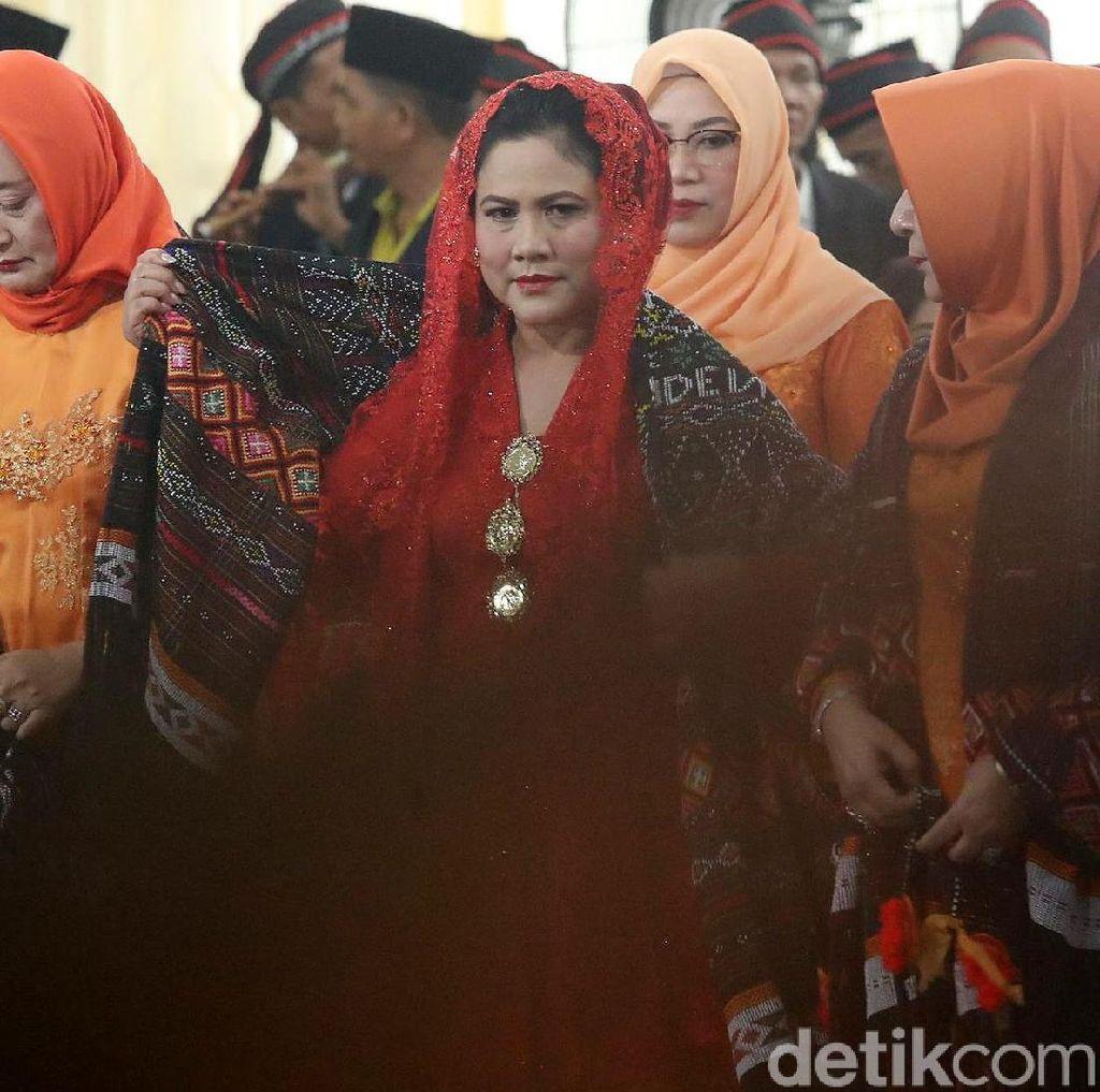 Gaya Ibu Iriana Manortor di Puncak Pesta Adat Kahiyang-Bobby