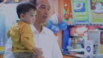 Gaya Mbah Jokowi Momong Jan Ethes di Medan