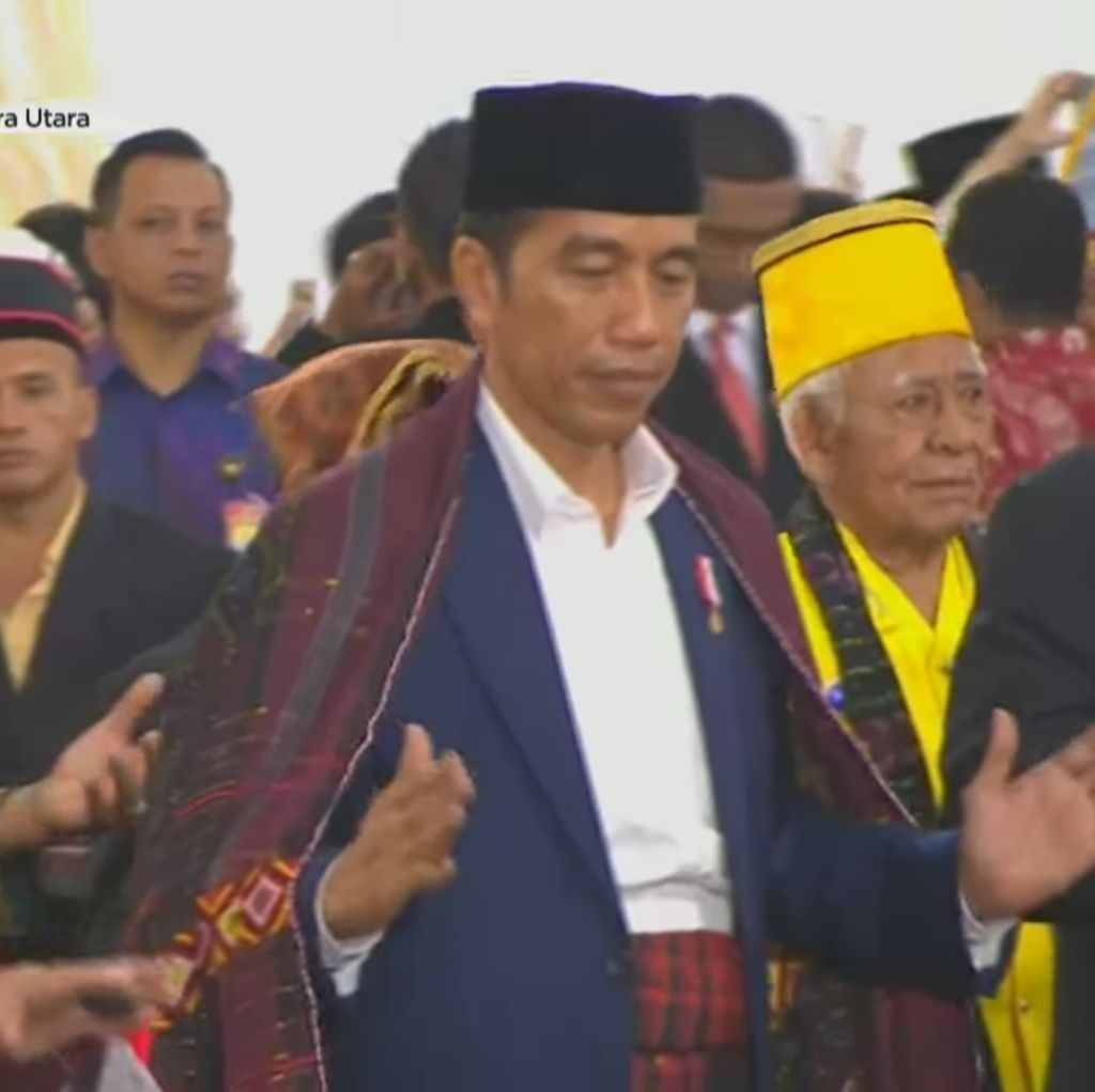 Video: Aksi Jokowi Menari Manortor