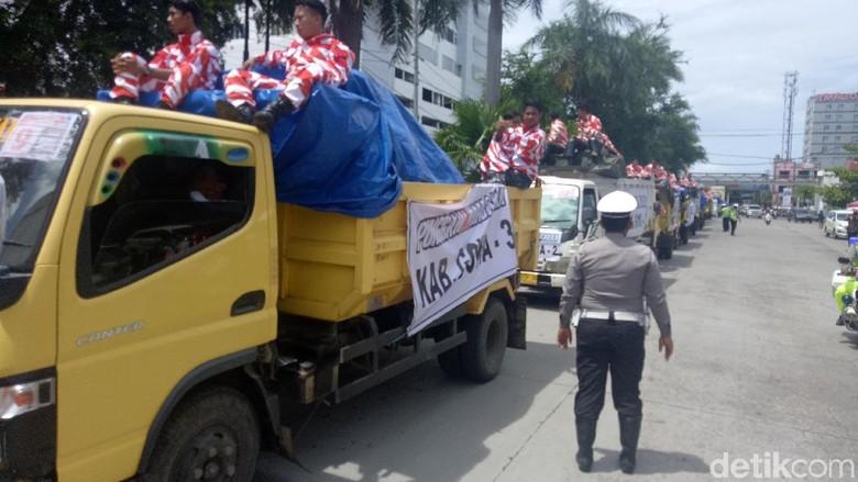Maju Ichsan Yasin Setor Juta - Makassar Ichsan Yasin Mudzakkar memutuskan menempuh jalur perseorangan pada Pilgub Sulawesi Selatan menyerahkan juta fotokopi KTP warga yang