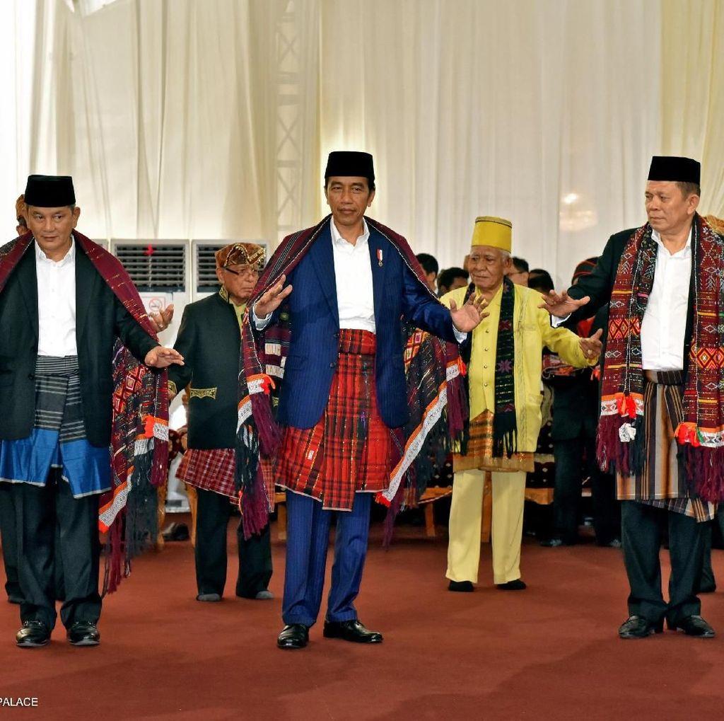 Melihat Jokowi Manortor Bermodal Latihan dari Youtube
