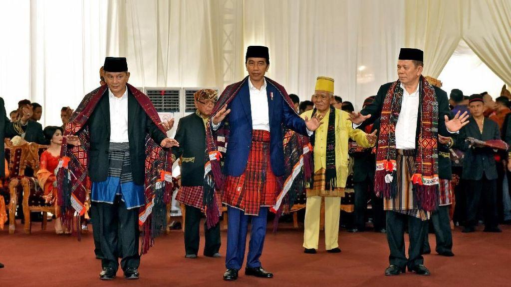 Jokowi Manortor, Netizen Banyak Beri Pujian