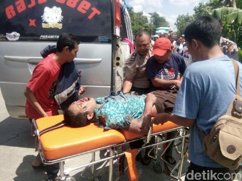 Mobil Elf Terguling di Raya Bojonegoro-Cepu, 1 Penumpang Tewas