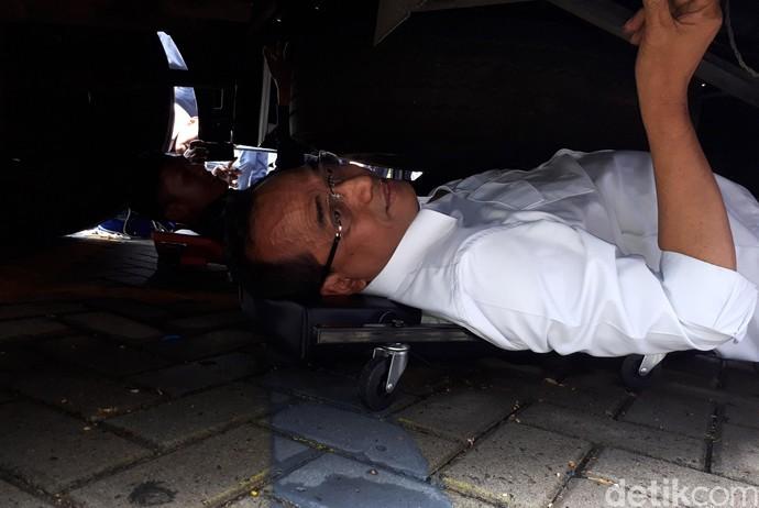 Cek Fungsi Rem, Menhub Masuk ke Kolong Bus