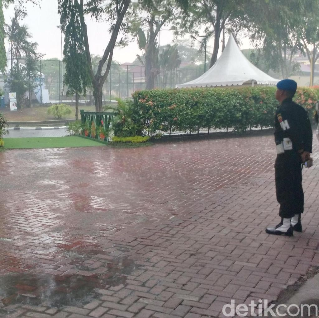 Hujan Turun di Penghujung Pesta Adat Kahiyang-Bobby