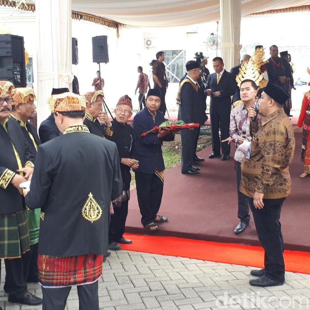 Momen Jokowi dan Iriana Disambut dengan Manortor Mundur