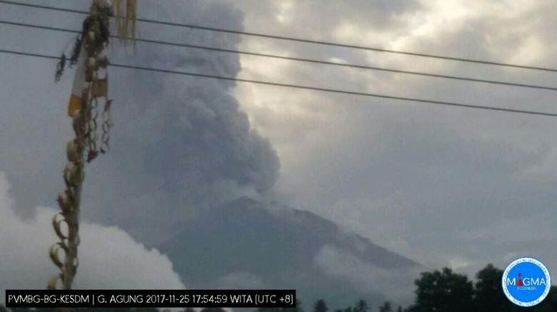 Gunung Agung Meletus, Asap Hitam Membubung Tinggi