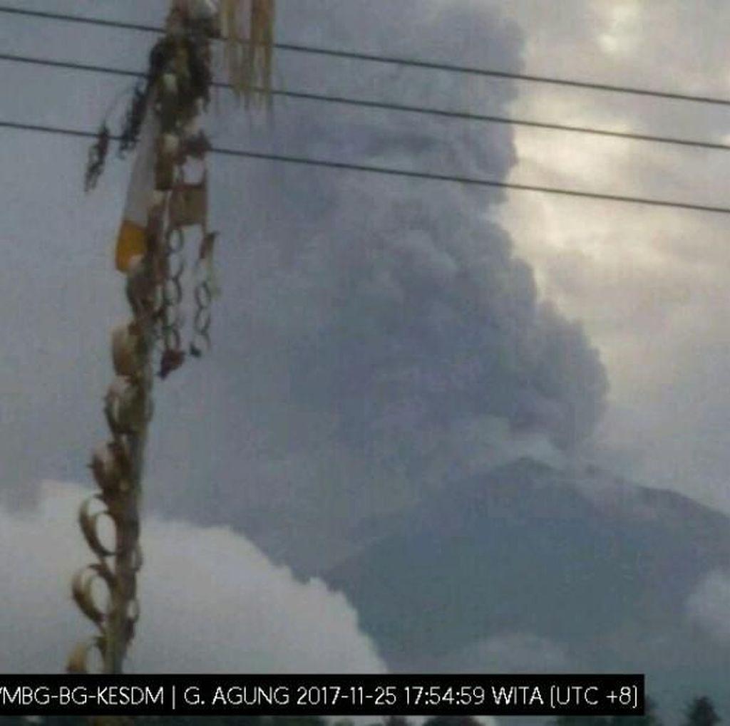 Erupsi Freatik Kembali Terjadi, Gunung Agung Keluarkan Asap Hitam