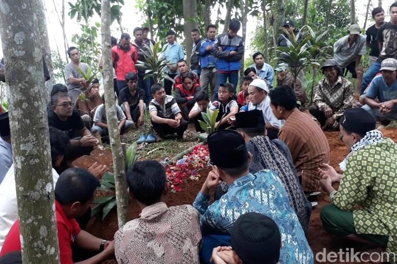 Ini Penyebab Bocah SD Tewas - Kabupaten Bandung Polsek Banjaran bersama Inafis Polres Bandung menggelar pra rekonstruksi kematian siswa kelas SD AR usai berelahi