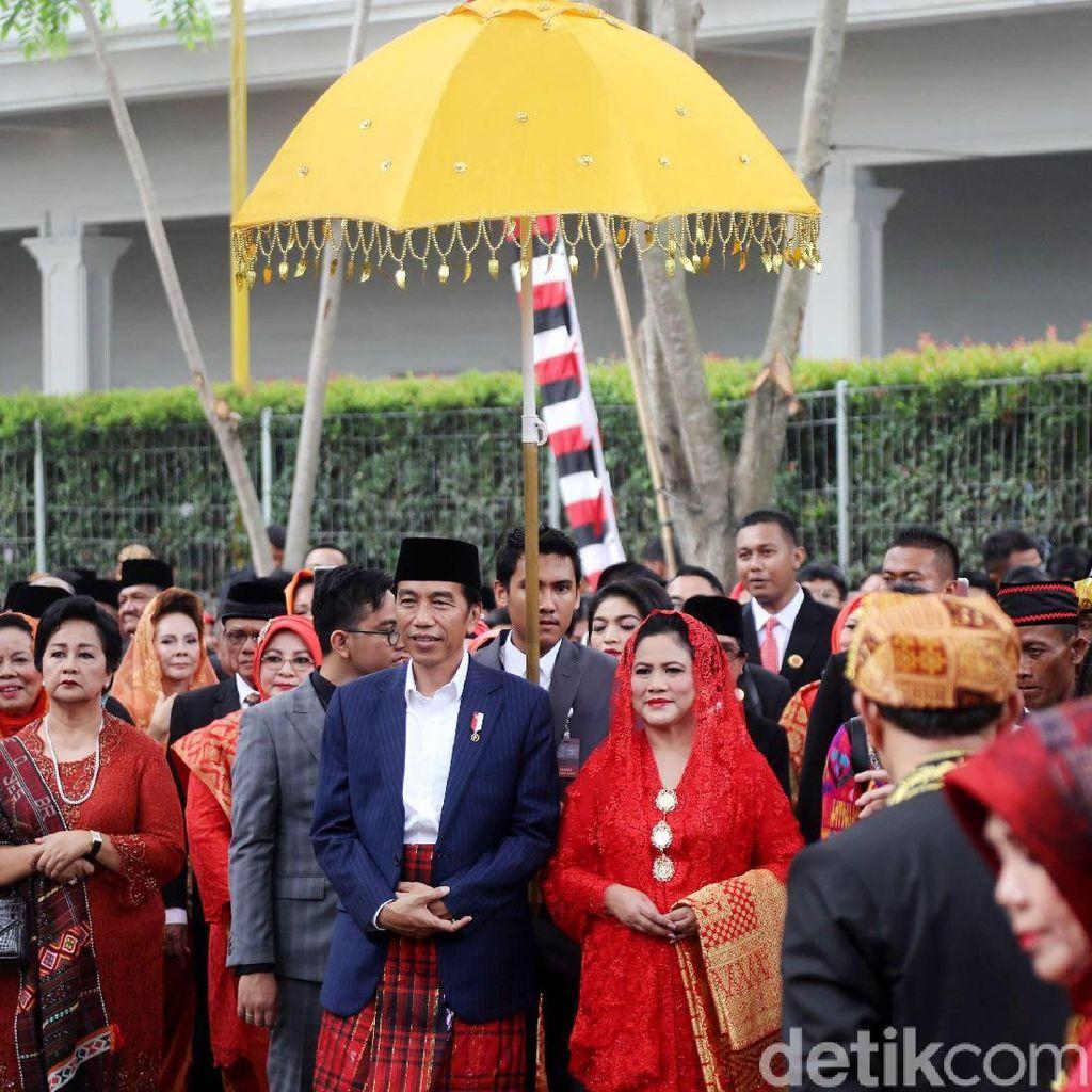 Momen Jokowi Disambut Sebagai Raja di Mata Ni Horja Kahiyang-Bobby