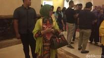 Sebelum Pulang, Ibunda Jokowi Nikmati Kuliner di Medan