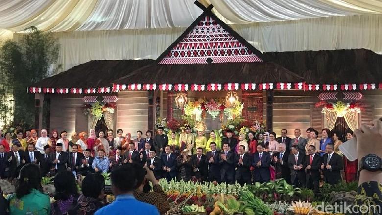 Jepret! Menteri Kabinet Jokowi Foto Bareng di Resepsi Kahiyang-Bobby