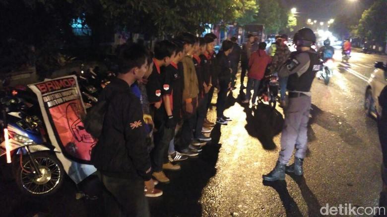 Aksi Tim Bawor Polres Banyumas - Purwokerto Sebagian anggota geng motor yang tengah berkumpul di sejumlah jalan di Kota Banyumas langsung membubarkan diri begitu