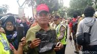 Kebahagiaan Warga Medan Dapat Suvenir Presiden Jokowi