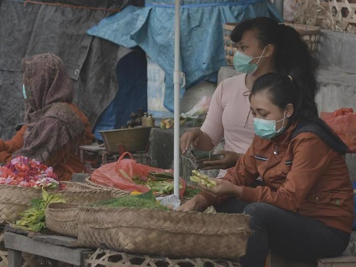 Sejumlah pedagang di sekitar Gunung Agung memakai masker untuk melindungi diri mereka dari abu vulkanik. (Foto: Dok. Antara Foto)