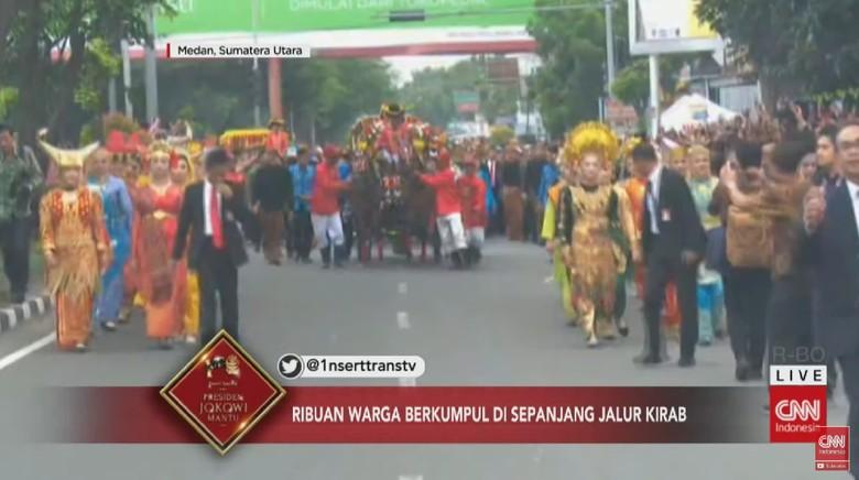 Dari Kereta Kencana, Jokowi Bagikan Suvenir ke Warga Medan