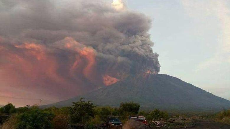 Asap dan Abu Gunung Agung Setinggi 6 Ribu Mdpl Mengarah ke Selatan