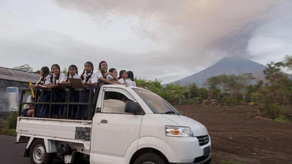 Naik Mobil di Tengah Debu Vulkanik, Pastikan Air Wiper Cukup