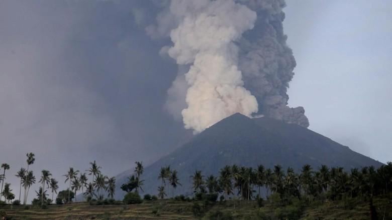 Foto: Erupsi Gunung Agung (Johannes P Christo/Reuters)