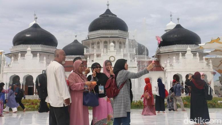 Foto: Turis-turis berfoto di Masjid Raya Baiturrahman (Agus Setyadi/detikTravel)