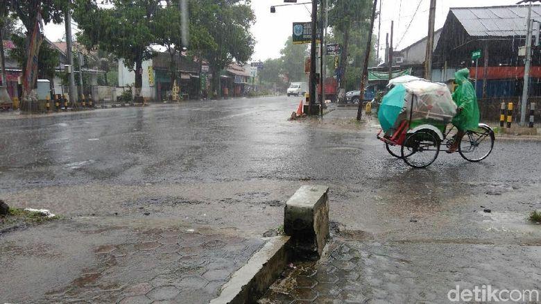 Cuaca Jawa Tengah Hari Ini Hujan Sedang, Lebat Disertai Angin Kencang