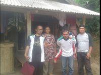 Deni Solang (kopiah) bersama relawan saat membawa bocah yang dikurung dalam kamar.