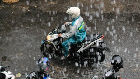 menerjang hujan