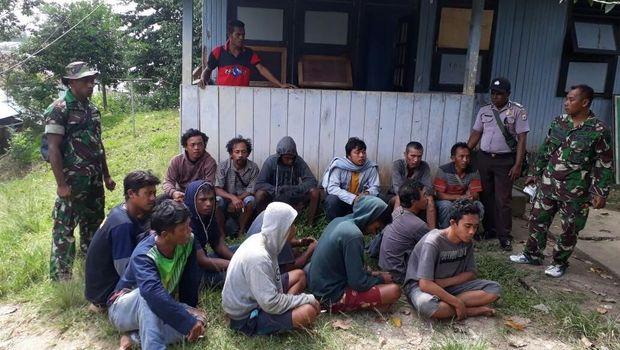 Para penumpang dan ABK KM Lingkar saat dievakuasi oleh prajurit Yonif Raider 515 Kostrad.