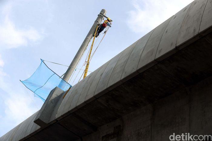Pemasangan material tiang Overhead Contact System (OCS) atau tiang listrik aliran atas (LAA) ke jembatan layang untuk moda transportasi massal Mass Rapid Transit (MRT), sudah mulai dilakukan, di jalan Rumah Sakit Fatmawati, Jakarta Selatan, Senin (27/11/2017).