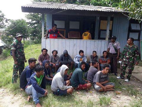 KM Lingkar berisi 17 pekerja pemasangan tower dan 9 ABK