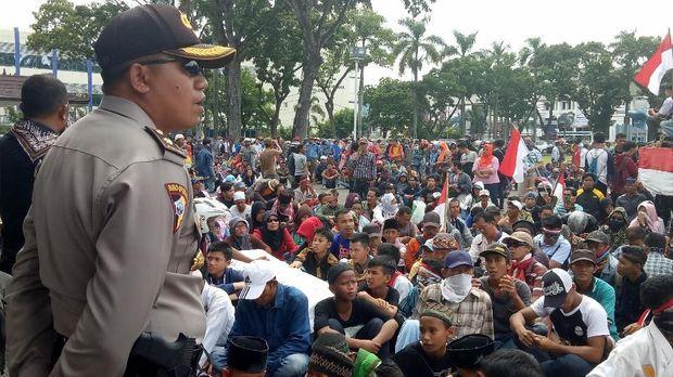 Ingin Tetap Gabung Kota Palembang, Warga Geruduk Kantor Gubernur