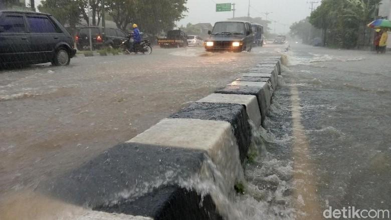 Hujan Deras Tanpa Yogyakarta Banjir - Yogyakarta Hujan deras yang terjadi sejak pagi hingga siang mengakibatkan sejumlah tempat di wilayah Yogyakarta tergenang Sejumlah kendaraan