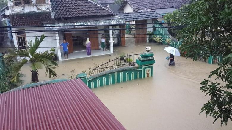 Menyusul Daerah Wilayah Barat Kota - Pacitan Banjir di Pacitan Selain menggenangi wilayah timur Kecamatan air juga melumpuhkan aktivitas warga di bagian Pemukiman di