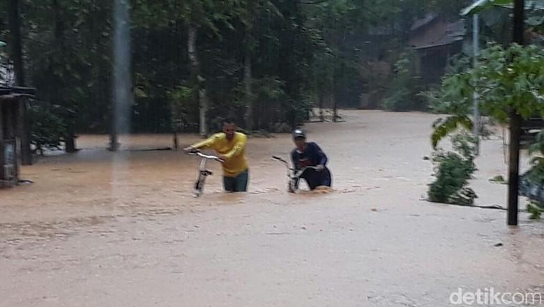 Polda Jatim Kirim Bantuan Personel - Surabaya Polda Jatim telah mengirim bantuan bagi korban bencana alam banjir dan tanah longsor di Selain mengirim bantuan