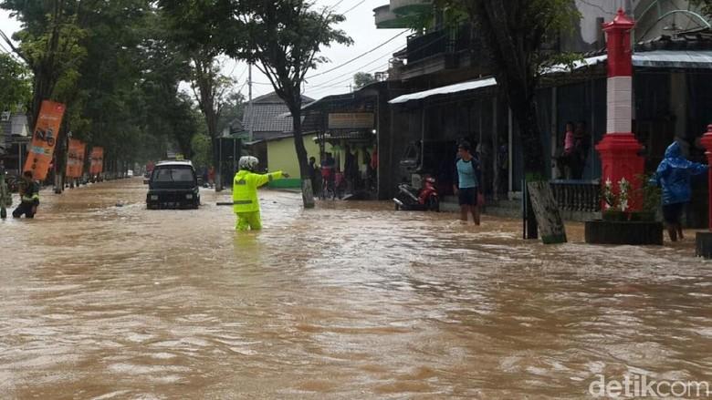 Banjir di Tiga Warga Dilaporkan - Pacitan Banjir melanda Pacitan akibat hujan deras sejak wilayah kecamatan kota tergenang Ketinggian air di pemukiman warga mencapai