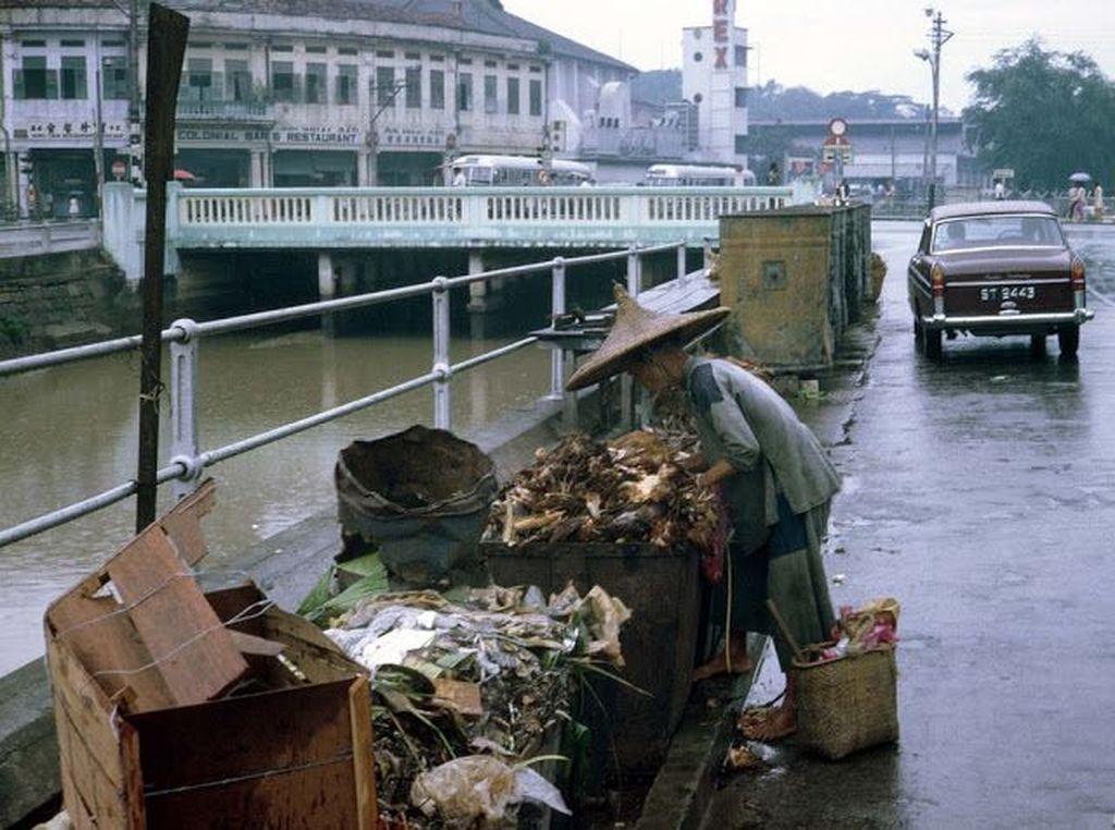 Orang tua mengais sampah di salah satu sudut Singapura. Foto: Vintages