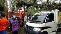 Mobil Ringsek Tertimpa Pohon di Purworejo