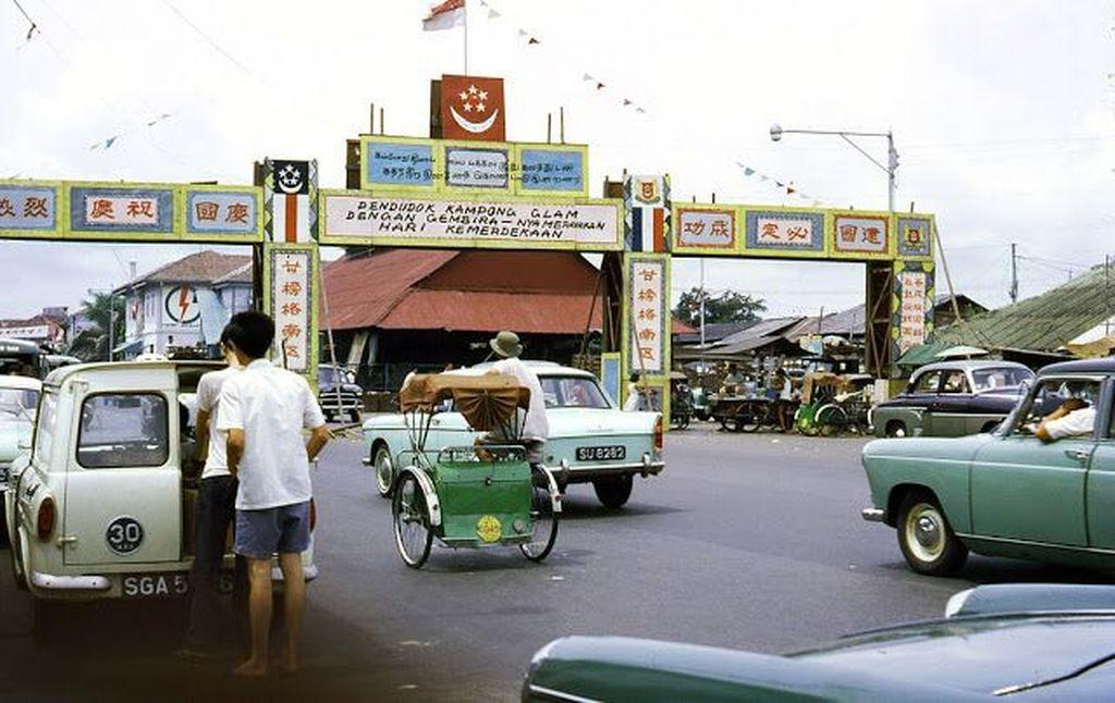 Foto warna ini diambil pada sekitar tahun 1960-an di Singapura. Menggambarkan seperti apa situasi di sana kala itu. Masih ada becak berkeliaran. Foto: Vintages