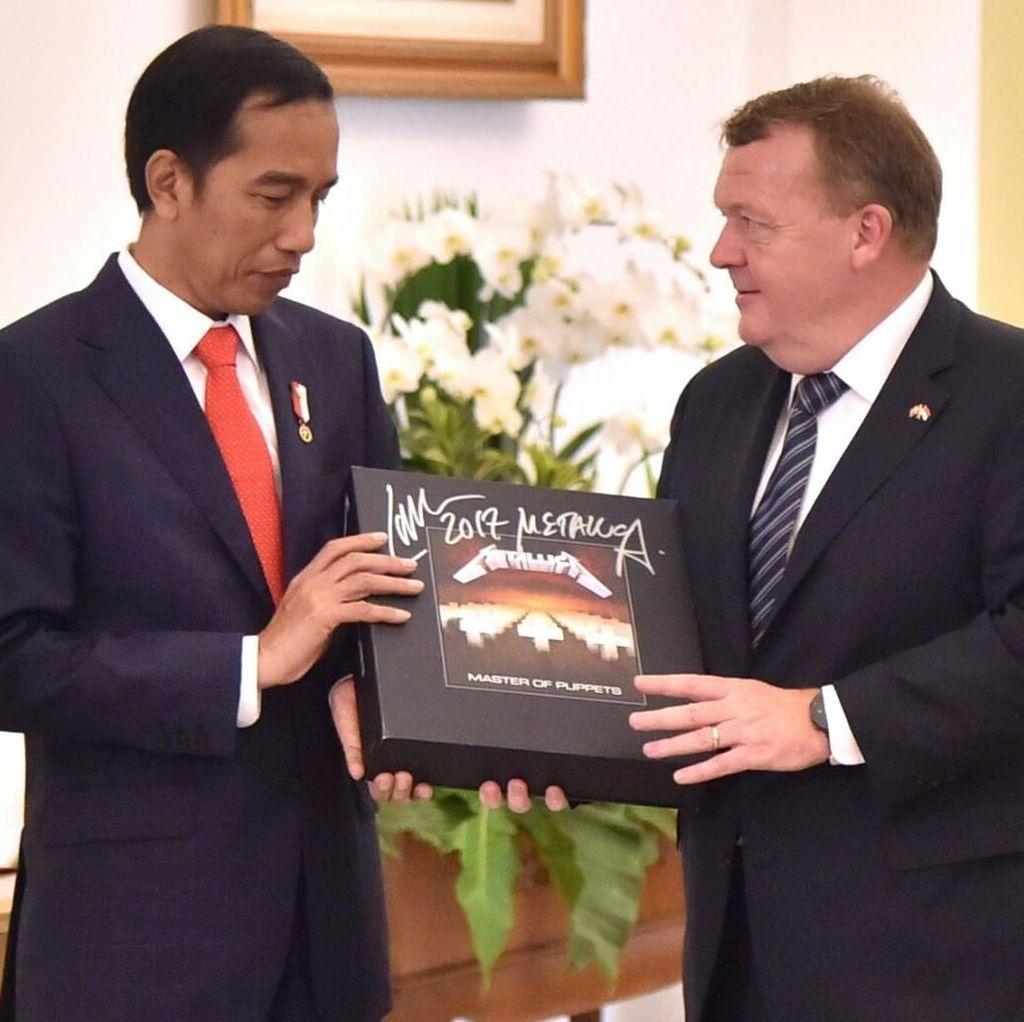 Ungkapan Syukur Jokowi Setelah Tebus Vinyl Metallica Rp 11 Juta